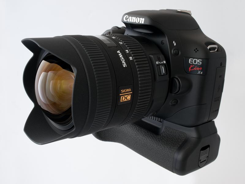 <b>シグマ8-16mm F4.5-5.6 DC HSMを装着したEOS Kiss X4。グリップ付けるとけっこうバランスもいい。難点は、やっぱり重さである</b>