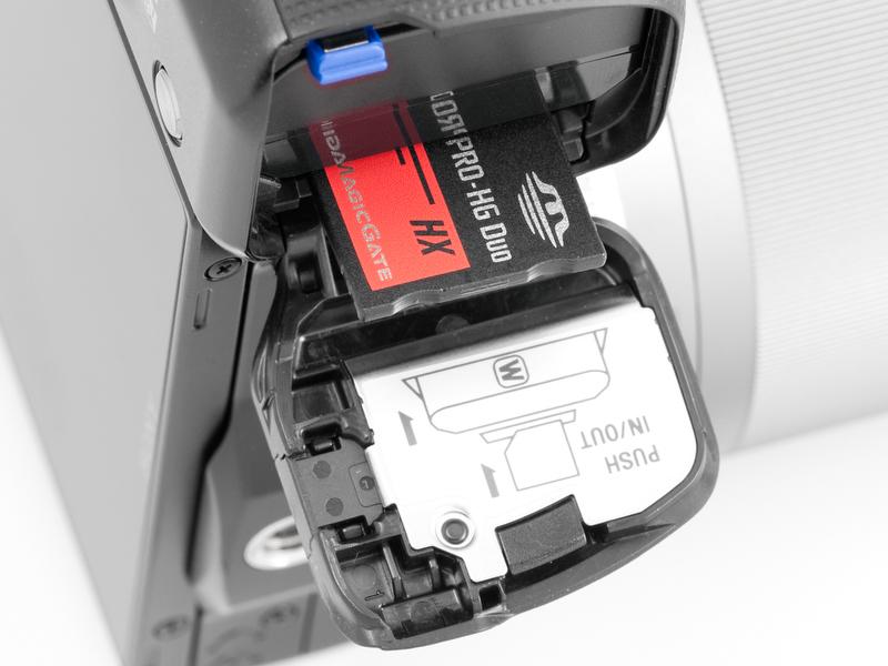 <b>シングルスロットでSDカードとメモリースティックデュオの2メディアに対応するのもNEX-3と同じ</b>