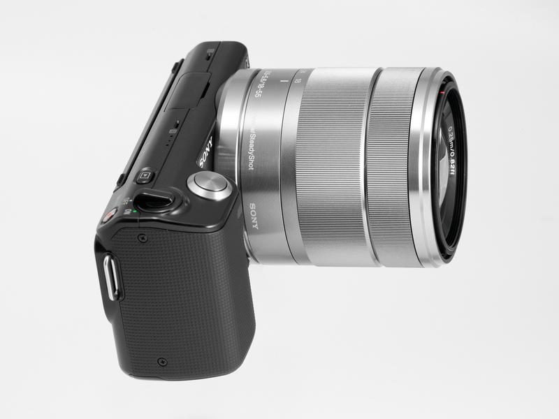 <b>標準ズームのE 18-55mm F3.5-5.6 OSS装着状態。決して大きなレンズではないが、ボディが小さい分ごつく見えてしまう</b>