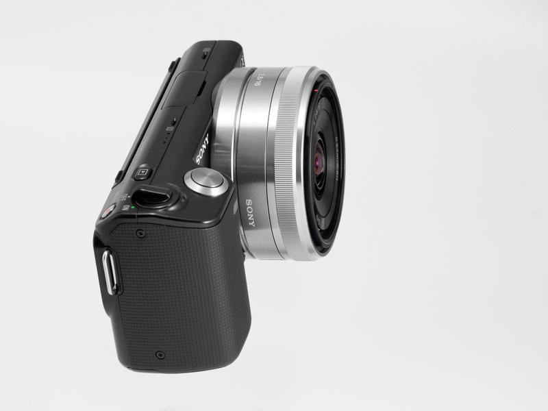 <b>パンケーキタイプのE 16mm F2.8。前面に魚眼と超広角のコンバージョンレンズが装着できるようバヨネット爪がある</b>