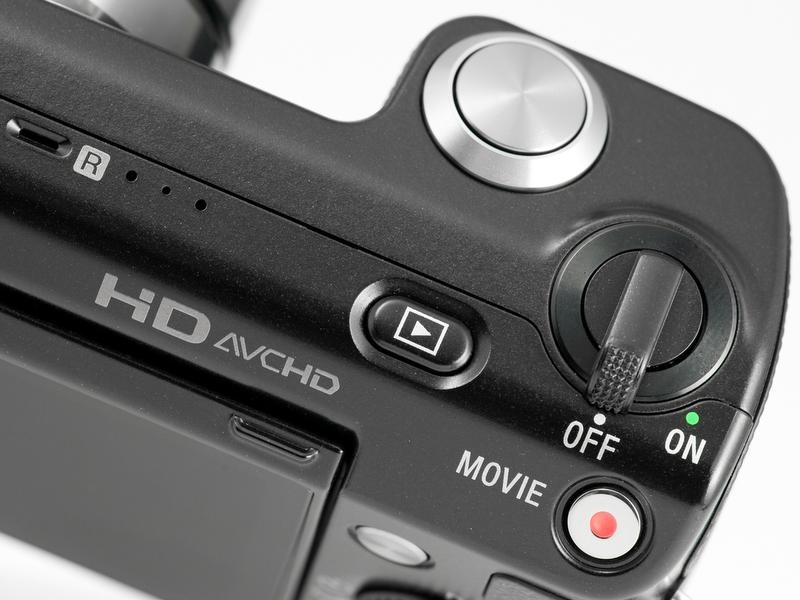 <b>NEX-3ではシャッターボタンの外周にあった電源スイッチが独立している。右下の銀に赤丸のボタンが動画専用の「MOVIE」ボタン</b>