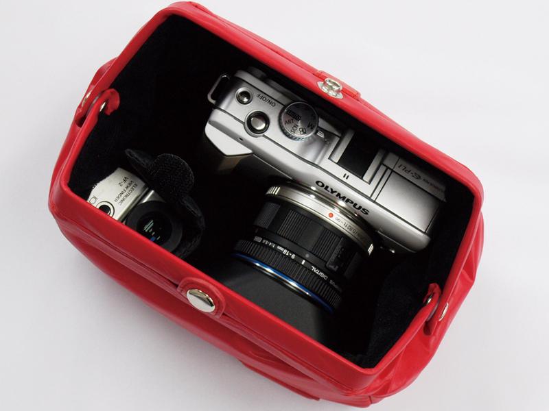 <b>M.ZUIKO DIGITAL ED 9-18mm F4-5.6、レンズフードLH-55Bを装着したE-PL1とVF-2を収納したところ</b>