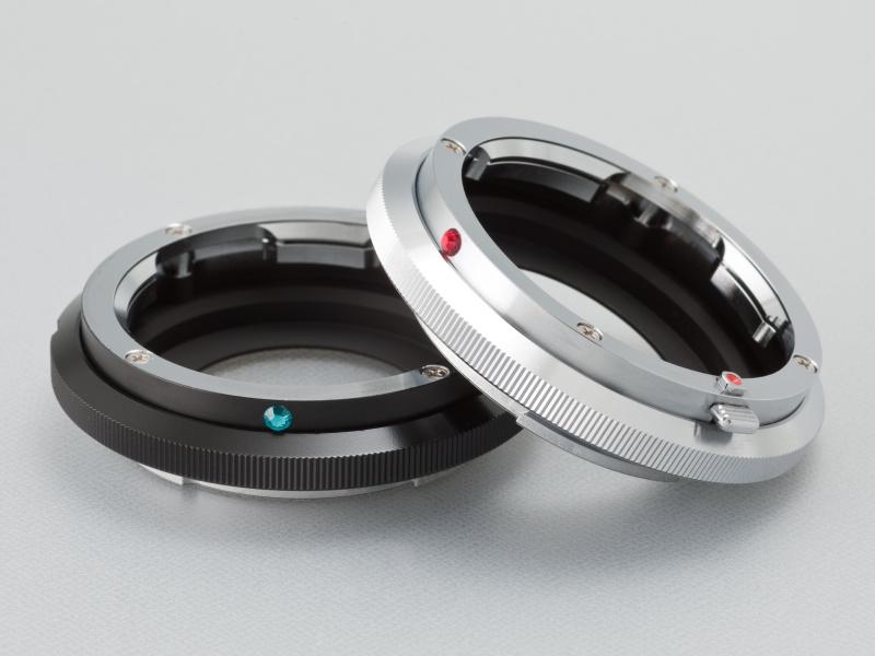 <b>Eマウント用ライカMアダプターは、黒と銀の2色展開。ラインストーンは4色から選択できる。黒(左)が1万6,000円、銀(右)が1万5,000円</b>