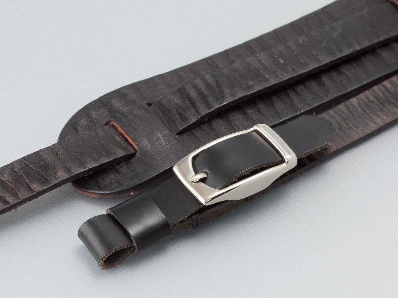 <b>取り付け部はコードバンを使っている。コードバンは繊維が緻密で、丈夫な革といれている</b>