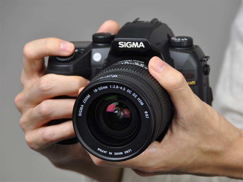 <b>SD15スターティングキットに含まれる18-50mm F2.8-4.5 DC OS HSMを装着</b>