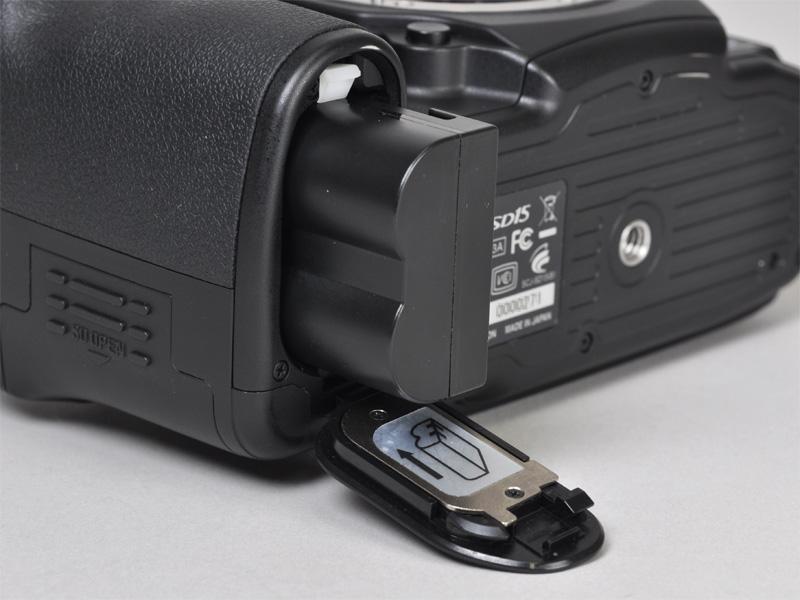 <b>電池室。バッテリーとチャージャーはSD14と共通</b>