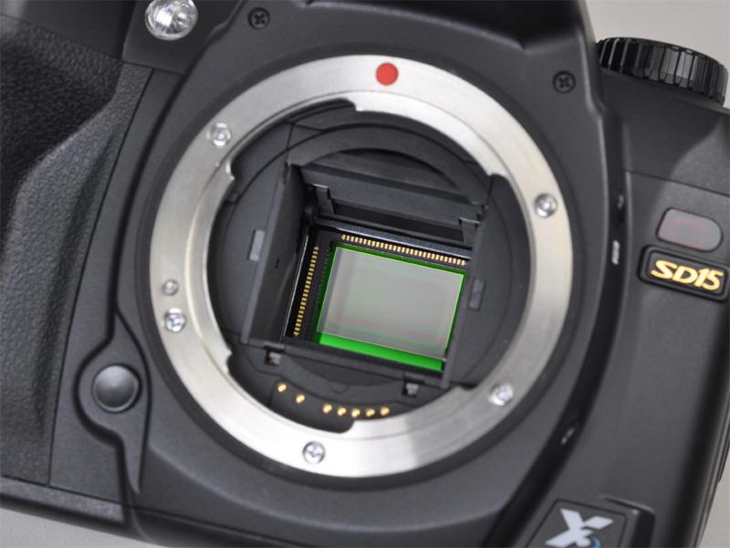 <b>X3ダイレクトイメージセンサーを搭載。本体ロゴにはFoveonの文字も</b>