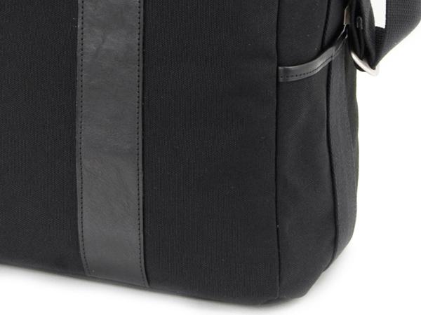 <b>バッグ両側面にポケットを備える</b>