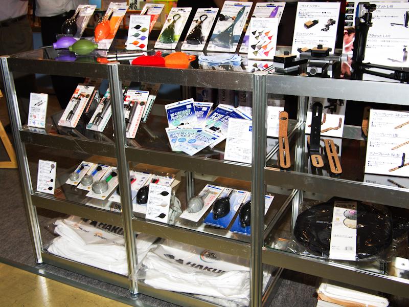 <b>ブロアーやL型ブラケットなどの各種用品も展示した</b>