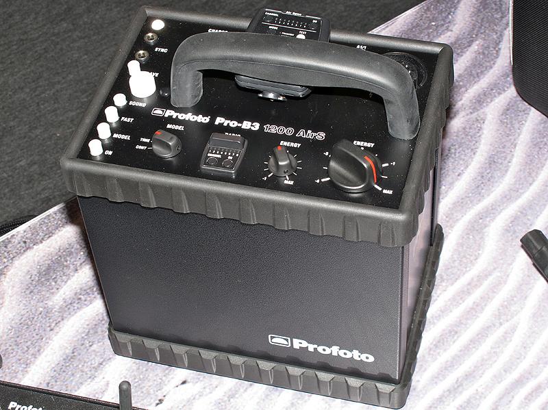 <b>Pro-B3 1200 AirS(左)とAcuteB2 600 AirS(右)。どちらも無線同調レジーバーを内蔵している</b>