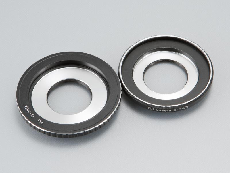 <b>対応するレンズ外径は約42.5mm。マイクロフォーサーズ用(右)とくらべ、口径が広くなっている</b>