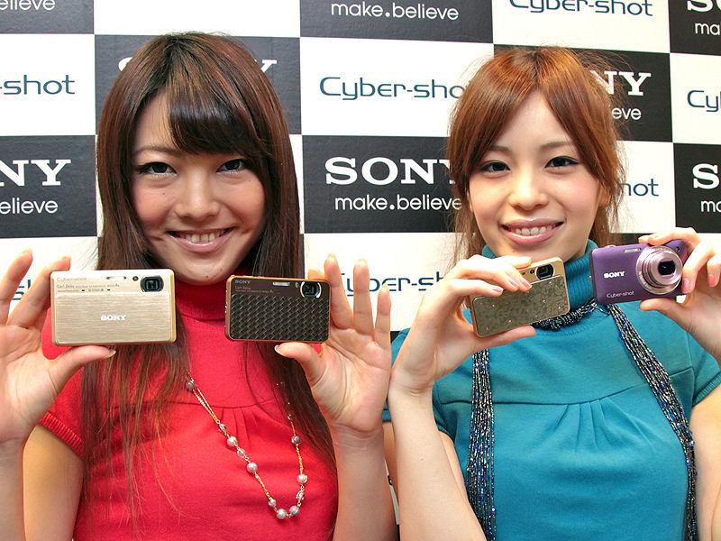 <b>サイバーショットの新モデル。左からDSC-TX9、DSC-T99D(ブラウン)、DSC-T99D(ゴールド)、DSC-WX5</b>