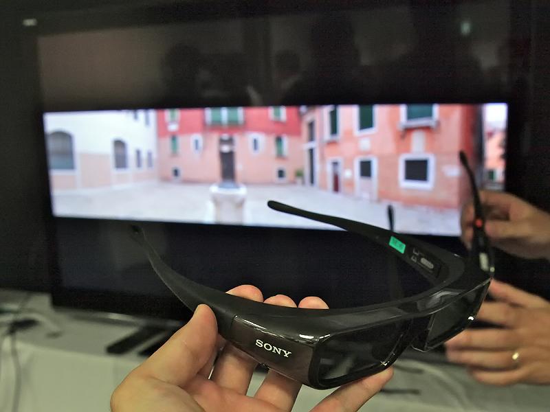 <b>会場でも3Dのデモを実施。専用眼鏡をかけると、はっきりとした立体視が可能だった</b>