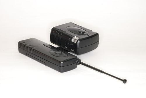 <b>ワイヤレスリモコン。送信機(左)と受信機(右)</b>