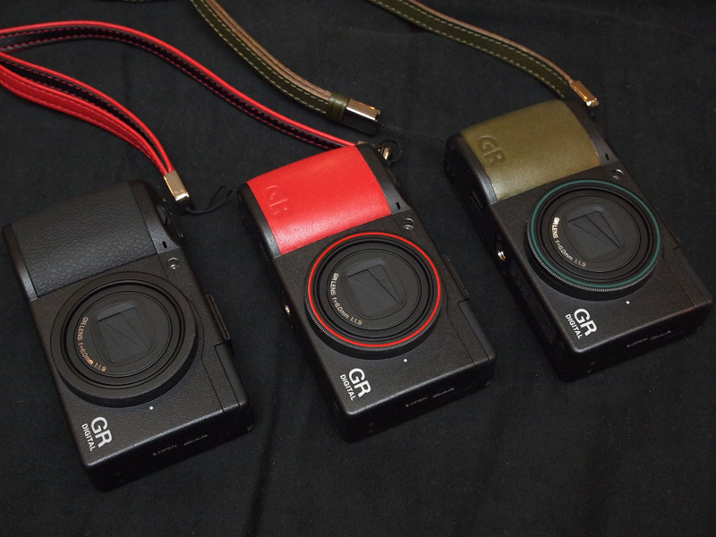 <b>左から通常のGR DIGITAL III、ソフトレザーのカスタマイズ見本、オイルレザーのカスタマイズ見本</b>