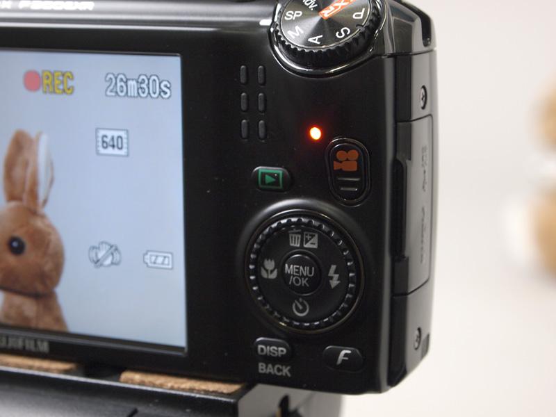 <b>動画記録中は動画ボタンわきのランプが赤く点灯する</b>