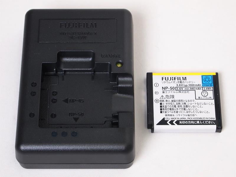 <b>付属のバッテリー「NP-50」とチャージャー「BC-45W」</b>