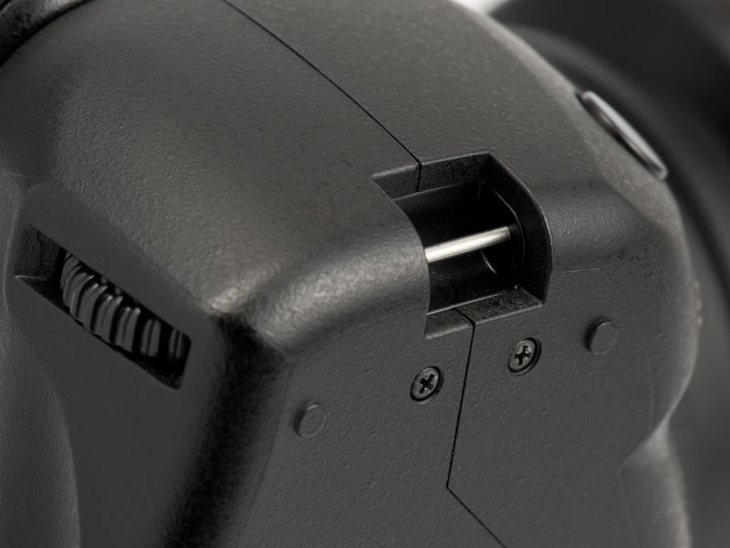 <b>ちなみに、HLD-5には吊り金具がある。カメラを縦吊り、ストラップを首にかけてピンと張った状態にすると、ブレを抑えやすい</b>