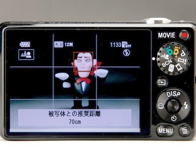 <b>背景ぼかしモードにして撮影しようとすると、ズーム倍率に応じて画面上に「被写体との推奨距離」が表示される。推奨距離くらいで撮影すれば最もうまく合成できるようだ</b>