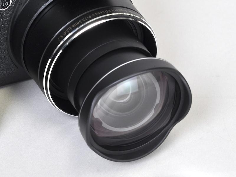 <b>花型レンズフードを思わせる先端のパーツ。レンズフードとしての働きはなく、レンズ保護のためにあるという</b>