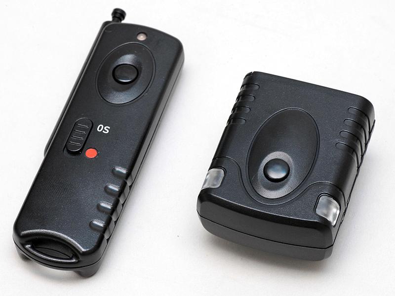 <b>UNX-4857。送信機(左)と受信機(右)</b>