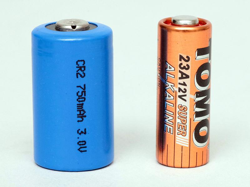<b>左は受信機のバッテリー「CR2」、右は送信機のバッテリー「23A」</b>