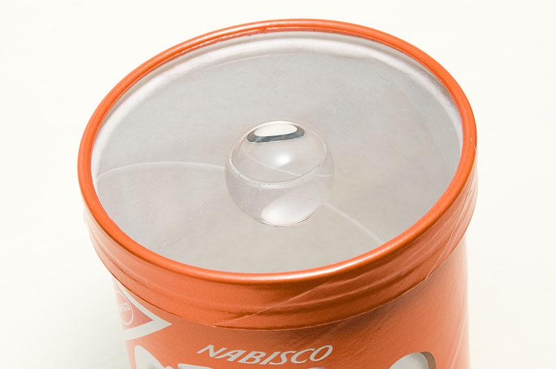 <b>アクリル製の円板に穴を空け、アクリル製の透明球を接着して作った宙玉レンズ。お菓子の空き箱やステップアップリングを使って、カメラのレンズに装着して使用する</b>