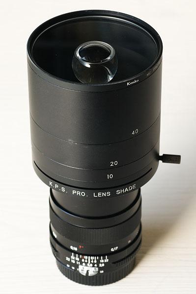 <b>玉の周囲を透明にするという方式に可能性を感じ、お金をかけて作ったのがこのレンズ。「K.P.S. PRO. LENS SHADE」を使って、コシナのディスタゴン T* 2.8/25に取り付けた。最短撮影距離を短くするために接写リングを使ってカメラボディに取り付ける</b>