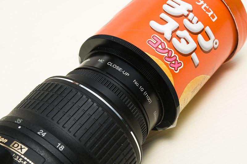<b>マクロ撮影ができない標準ズームレンズの場合には、最短撮影距離を短くするためにクローズアップレンズを間に入れる。寄れないと透明球が画面の中で小さく写ってしまうのだ</b>