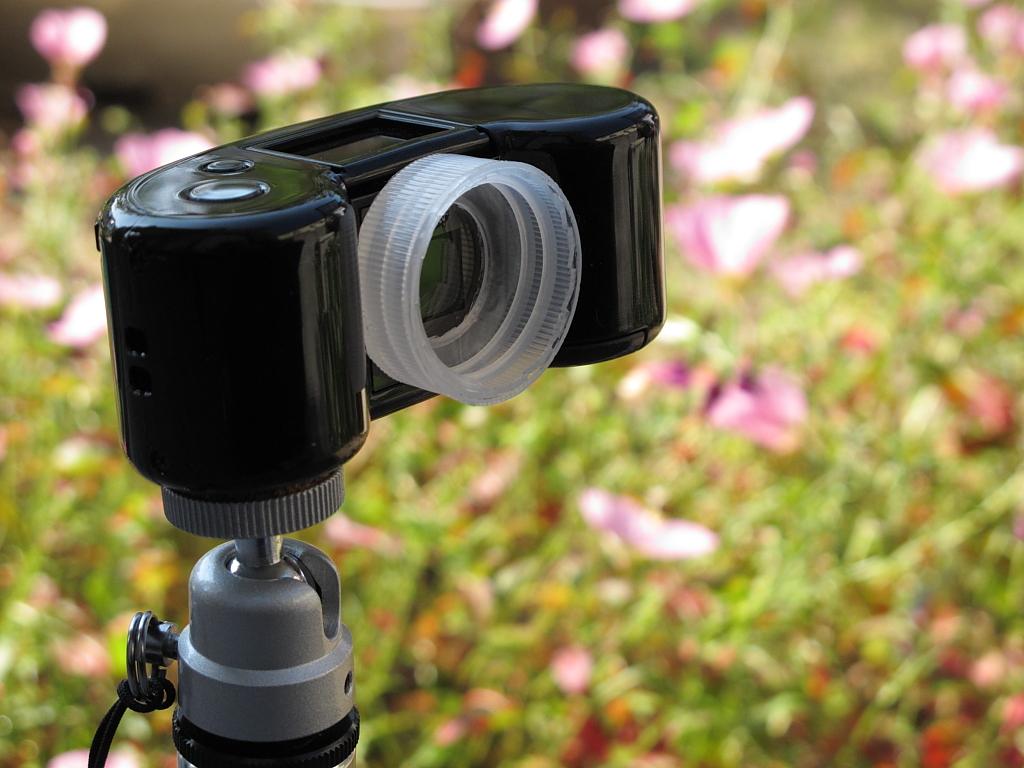 <b>容器のフタがカメラに取り付けてあって、宙玉部の着脱も可能</b>