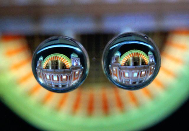<b>2つ透明球を並べると、それぞれで映る像は変わってくる。1つ目の時とはまた違ったイメージだ</b>