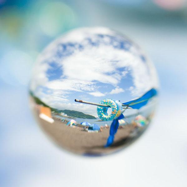 <b>海水浴場で撮影。宙玉には空や雲がよく似合う。後から真四角にトリミング。ニコンD5000+コシナ ディスタゴン T* 2.8/25+接写リング+アクリル製宙玉レンズ</b>