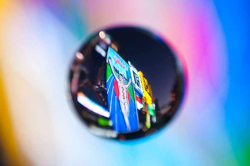 <b>道頓堀にて。カラフルに発光する照明というのはけっこうきれいに写る。花火やイルミネーションなんかも撮ってみて欲しい。ニコンD5000+AF-S Nikkor 18-55mm F3.5-5.6 G+ケンコーMCクローズアップレンズNo.10+アクリル製宙玉レンズ</b>