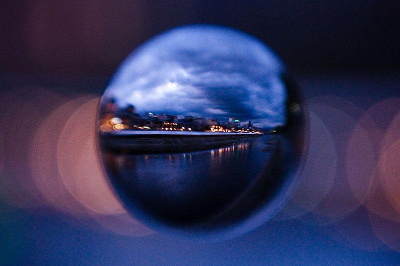 <b>鴨川の黄昏時。ちょっとドラマティックなイメージだけど、これは現像時にコントラストを上げ、ブルー系にちょっと振ってます。ニコンD5000、AF-S Nikkor 18-55mm F3.5-5.6 G、ケンコーMCクローズアップレンズNo.10、アクリル製宙玉レンズ</b>