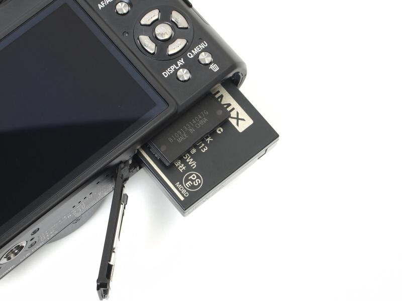 <b>SDXCメモリーカード対応の記録メディアとバッテリー室</b>