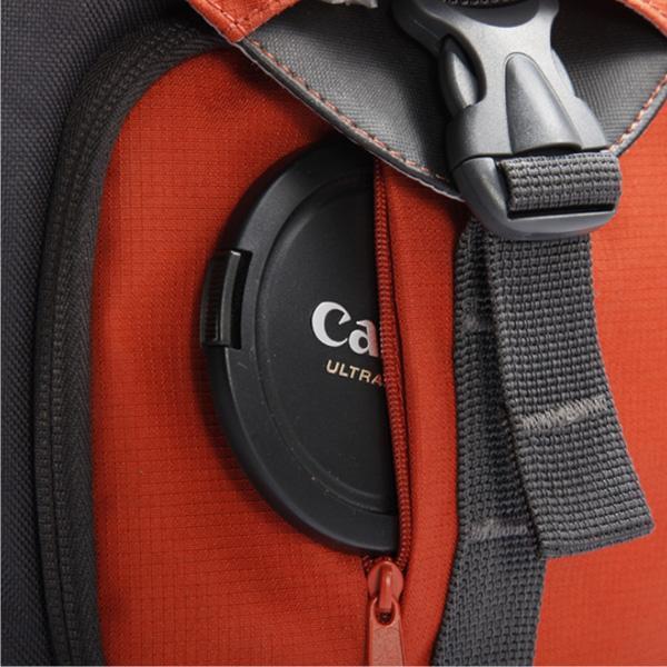 <b>レンズキャップなどを収納できるポケットを装備(BIIN 37)</b>