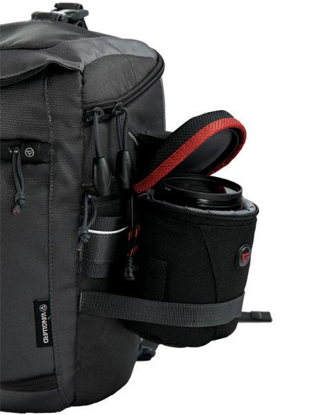 <b>レンズポーチなどを装着できるサイドベルト</b>