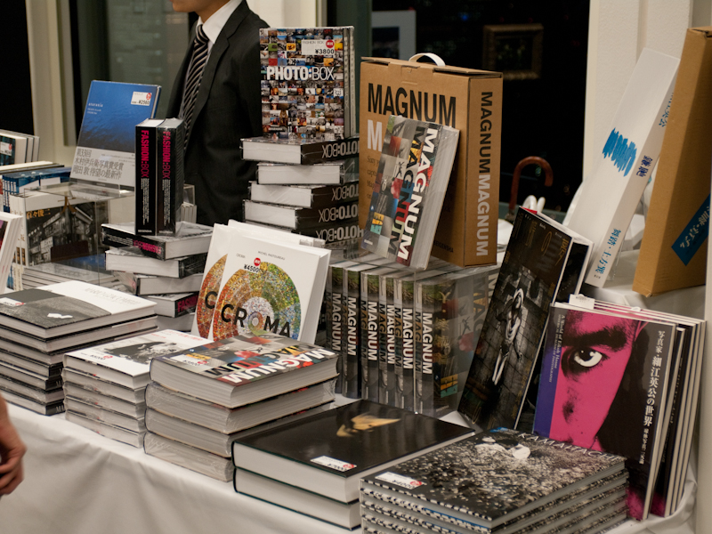<b>写真集や写真雑誌といった販売物の中には、割引価格で購入できるものもある</b>