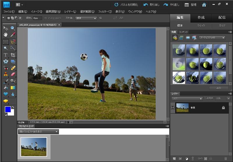 <b>スポット修復ブラシの「コンテンツに応じた修復」を利用すると、背景に写り込んでしまった人影などを除去できる(左が元画像)</b>