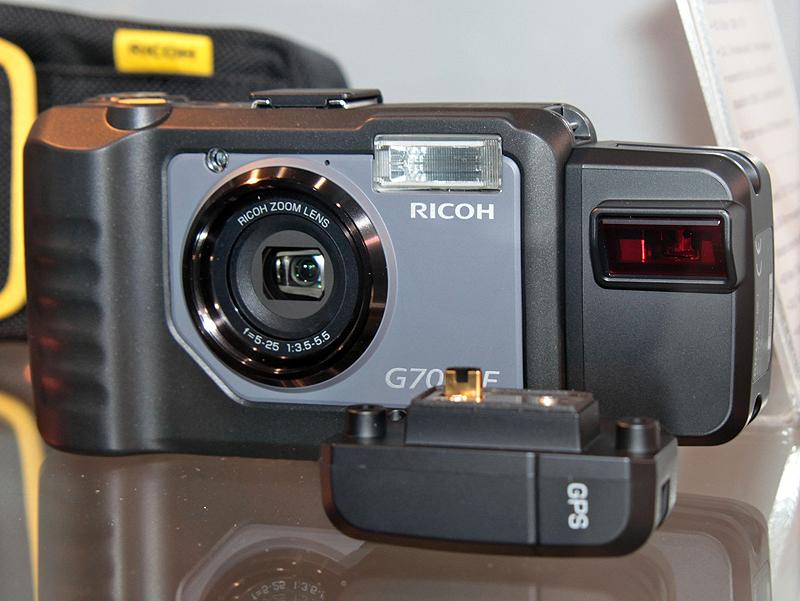 <b>業務用デジタルカメラの新製品も展示。防塵防滴の「G700」(左)とG700の拡張バージョンである「G700SE」(右)。G700SEは、無線LANやBluetoothに対応するほか、GPSやバーコードリーダーといったユニットを装着可能。</b>