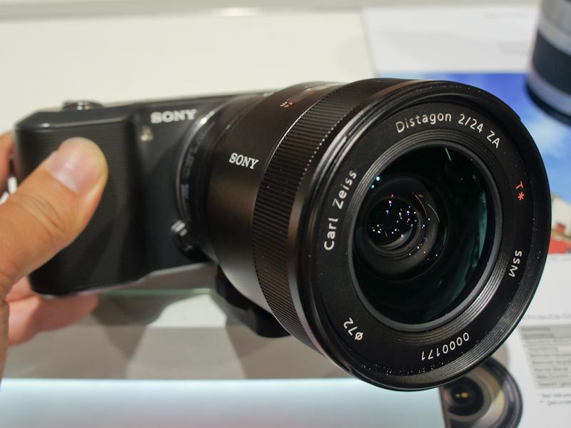 <b>Distagon T* 24mm F2 ZA SSMを装着したNEX-3</b>