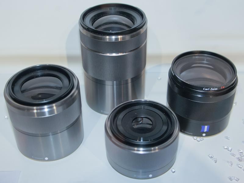 <b>2011年中の発売を目指すレンズ4本。カールツァイス広角単焦点レンズ、望遠ズームレンズ、単焦点マクロレンズ、単焦点ポートレートレンズ</b>