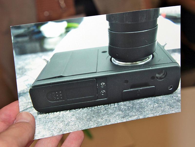 <b>ケンコーが開発中のレンズ交換式デジタルカメラ(試作品)。当初フォトキナ2010で参考展示する予定だったが、輸送上のトラブルで展示が間に合わなかった。そのため、外観写真のみを報道関係者に公開した。装着しているのは同梱の標準レンズ</b>