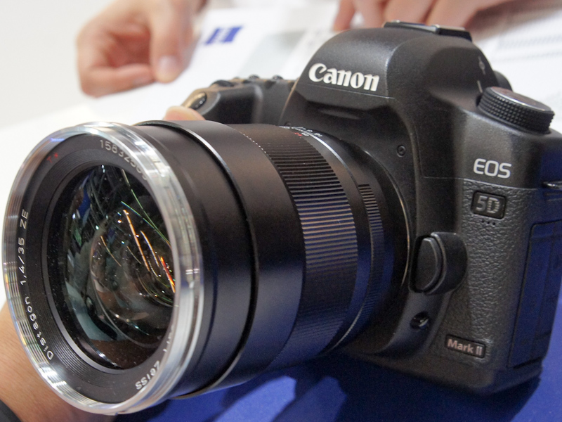 <b>EOS 5D Mark IIに装着したDistagon T* 1,4/35</b>