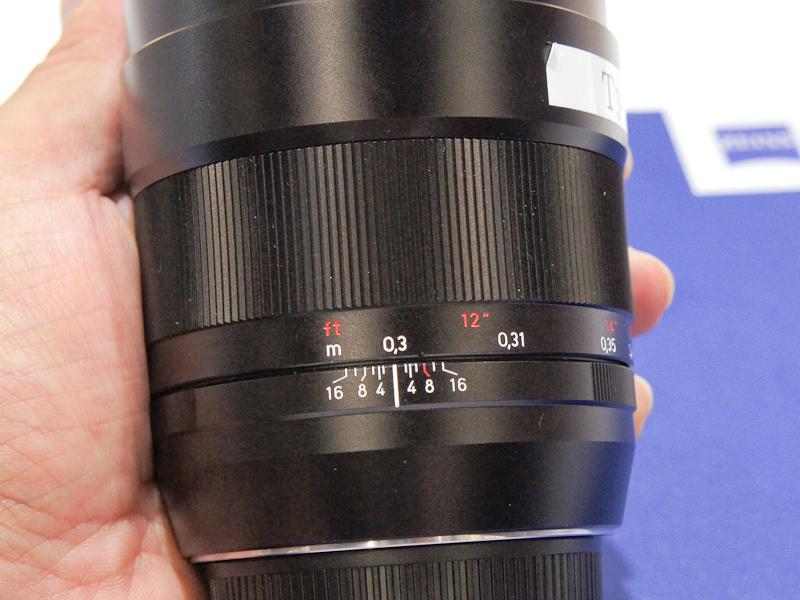 <b>大口径の広角レンズ。ずっしりと重いが、質感は高い</b>