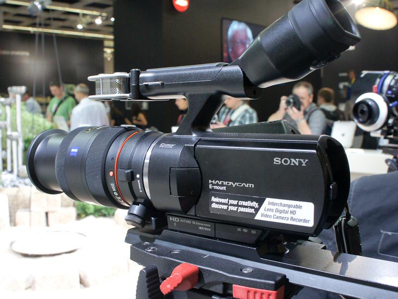 <b>動画関係では、ソニーのEマウントハンディカムNEX-VG10にもレンズを装着して展示していた</b>