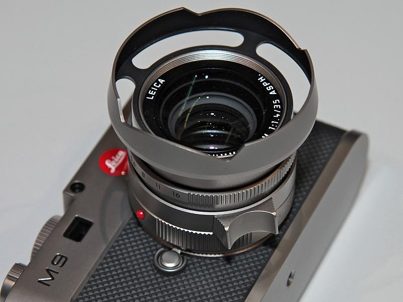 <b>フードのほか、レンズキャップ、ボディキャップ、フードを取り外した際に装着するリングなどもチタン製となっている。</b>