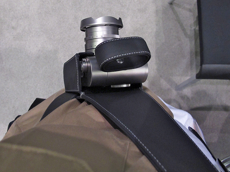 <b>ショルダーホルスターを装着し、ユーザーの目線から撮影したところ</b>