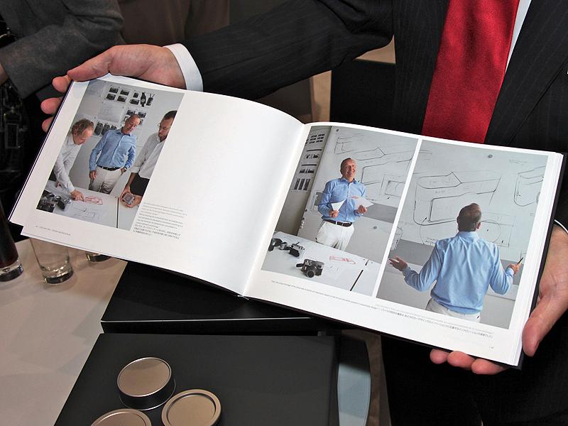 <b>M9チタンの誕生秘話、デザインスケッチ、製作風景、デザイナーへのインタビューなどを収録したストーリーブックも付属</b>