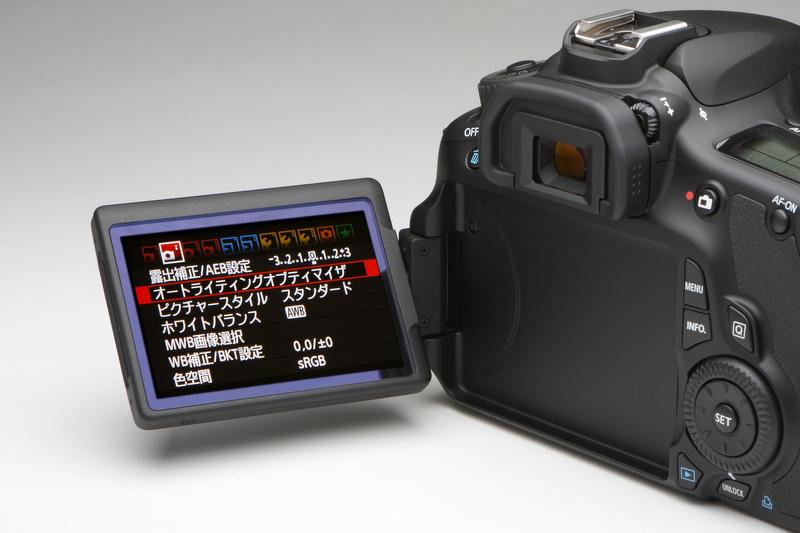 <b>EOSシリーズとしては初のバリアングルモニターを搭載。ヒンジがカメラ左側面となるので、三脚を使用しても可動範囲は変わらない。3型ワイドタイプのクリアビュー液晶モニターを採用する</b>